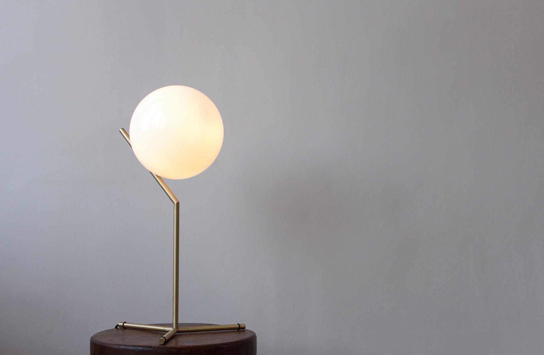 Una lampada che gioca con la composizione officebit arredi e